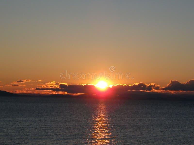 Sun, ciel, nuages et collines photos libres de droits