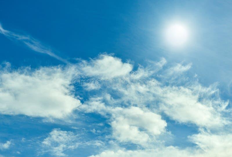 Sun com céu azul e nuvens fotografia de stock royalty free