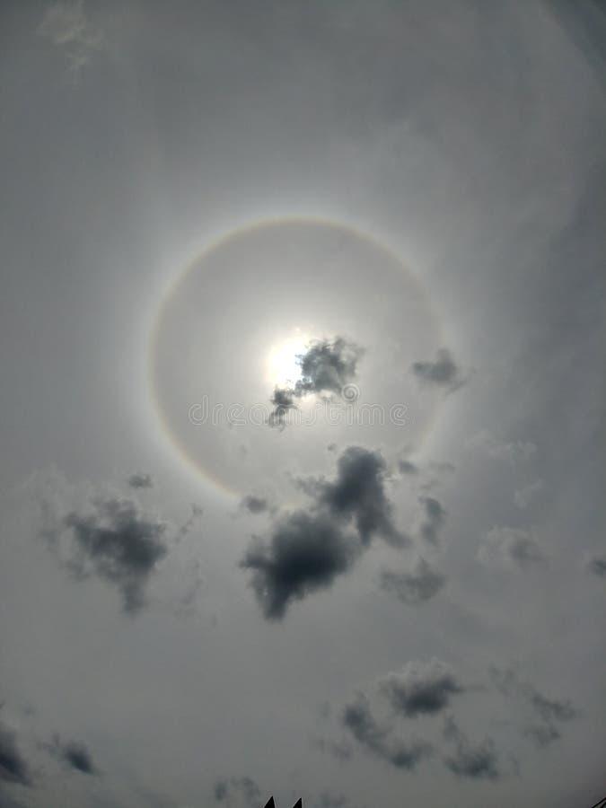 Sun com halo atrás da nuvem imagens de stock royalty free