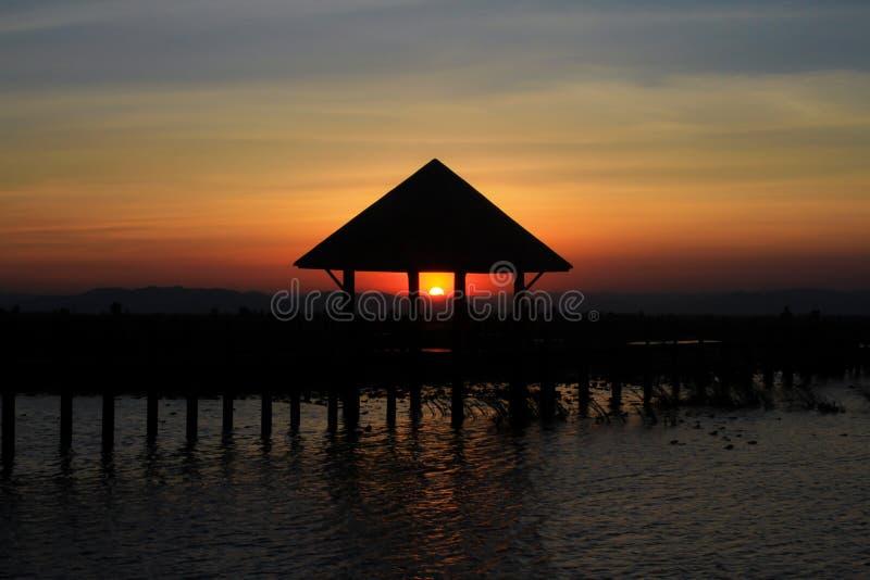 Sun completamente abaixo do telhado imagem de stock royalty free