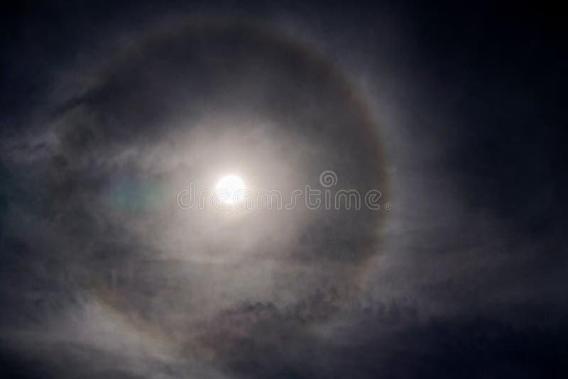 Sun con l'avvenimento circolare di alone del sole dell'arcobaleno dovuto i cristalli di ghiaccio in atmosfera, fondo di alone del fotografie stock libere da diritti