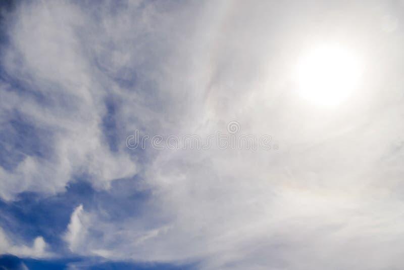 Sun con l'avvenimento circolare di alone del sole dell'arcobaleno dovuto i cristalli di ghiaccio in atmosfera, fondo di alone del fotografia stock libera da diritti