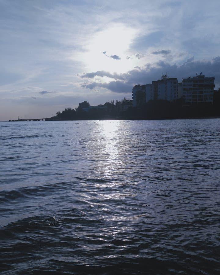 Sun con le nuvole ed il mare fotografia stock