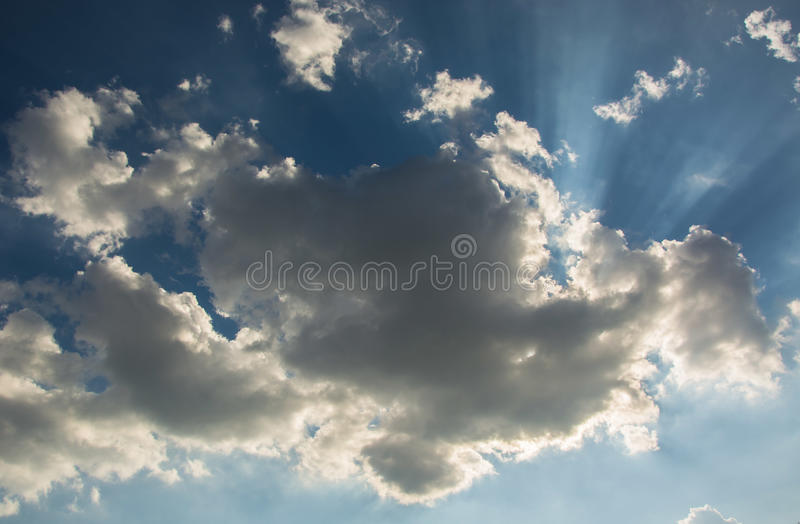 Sun contra las nubes fotos de archivo