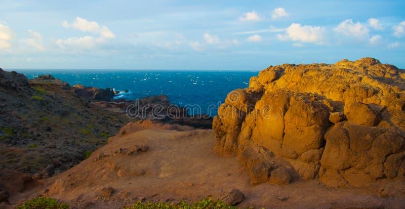 Sun contra rocas del océano foto de archivo libre de regalías