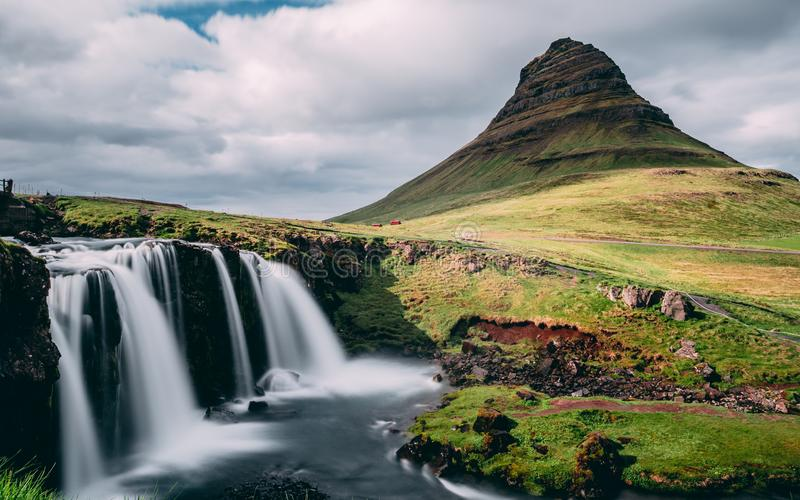 Sun a couvert la cascade de kirkjufellsfoss de montagne de kirkjufell en Islande longue exposition pittoresque de nature célèbre  photo stock
