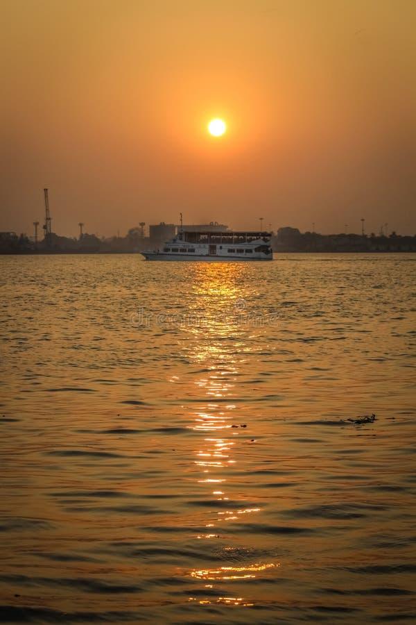 Sun d'or touche l'océan photo libre de droits