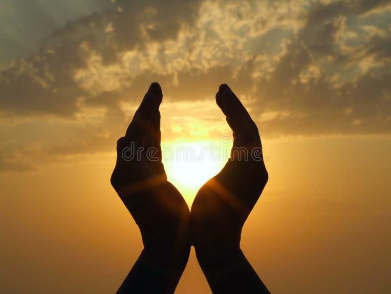 Sun dans des mains images stock