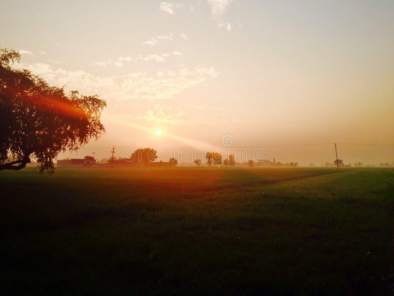 Sun dans la terre photo stock