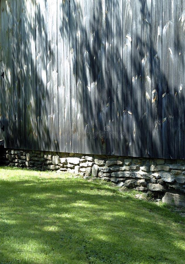 Sun Dappled la pared del granero imagen de archivo