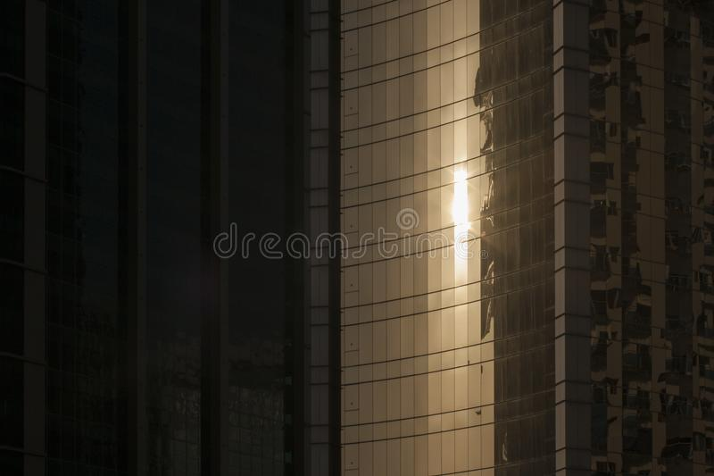 Sun denkt über Wolkenkratzer nach stockfotos