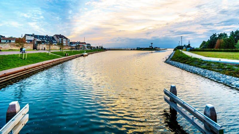 Sun, der über den Hafen von Harderwijk in den Niederlanden einstellt stockbild