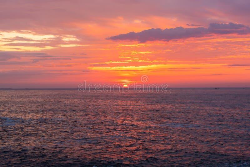 Sun, der über den Ozeanhorizont steigt lizenzfreies stockbild