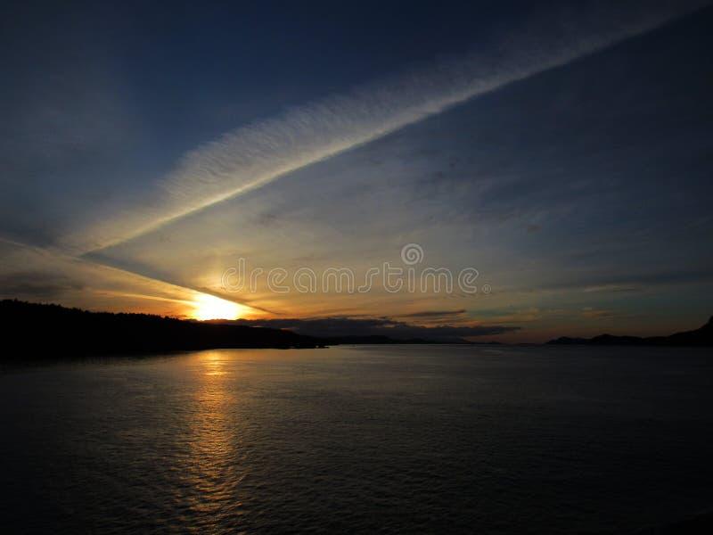 Sun, der über kanadischen Ozean einstellt lizenzfreies stockfoto