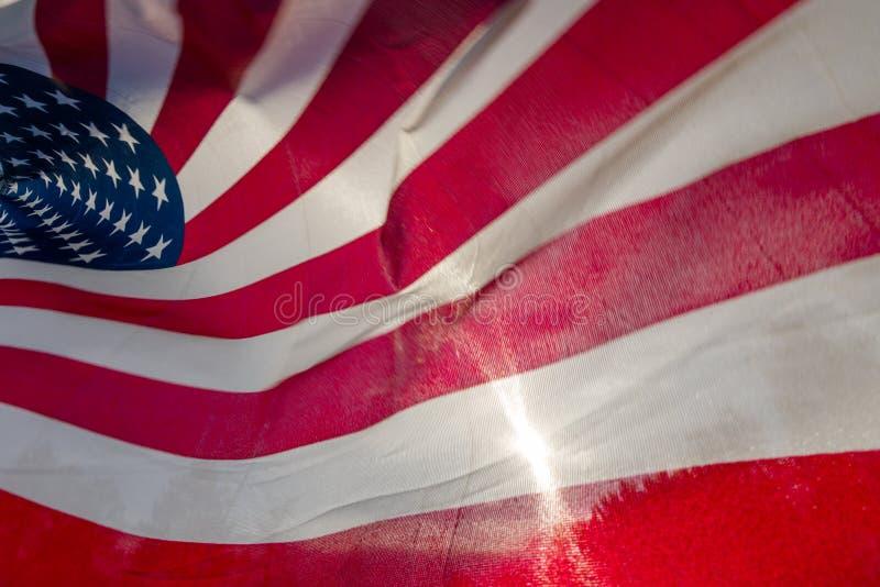 Sun, der durch amerikanische Flagge scheint lizenzfreie stockfotos