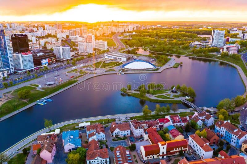 Sun, der am Horizont in Minsk scheint Hauptstadtstadtzentrum, Luftlandschaft lizenzfreie stockfotos