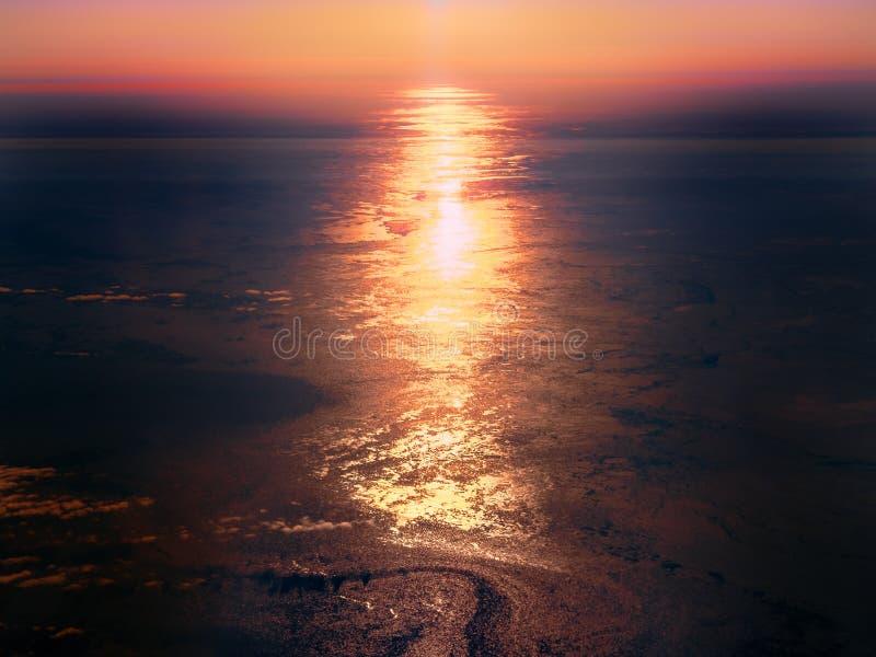 Sun, der weg von der eisigen Oberfläche des Nordpolarmeers sich reflektiert lizenzfreie stockfotografie
