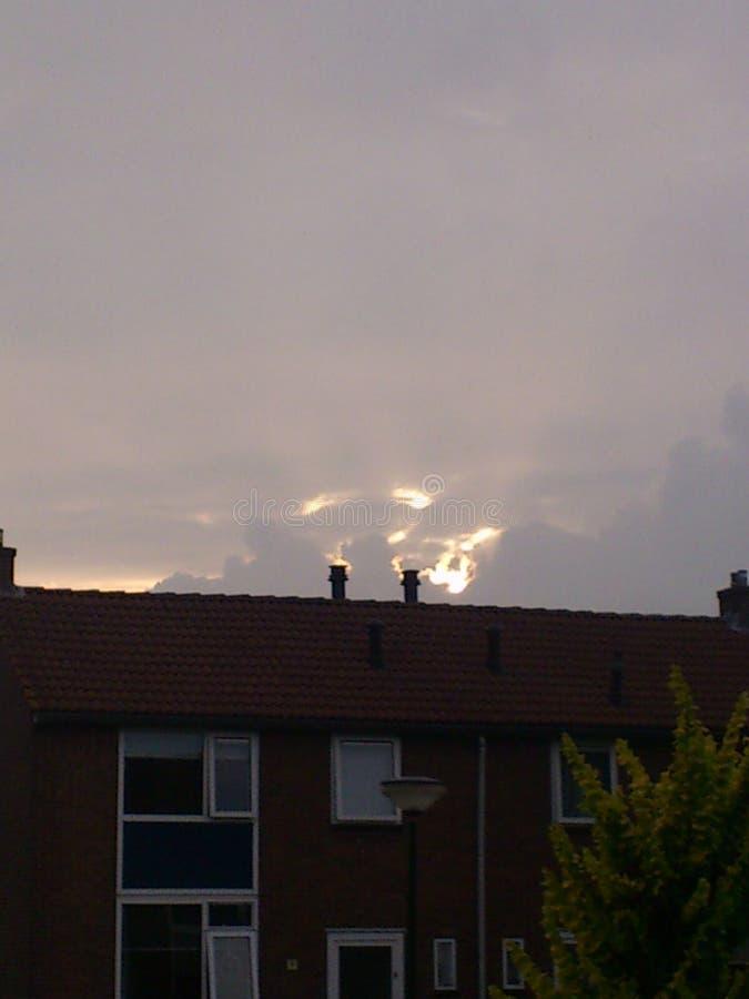 Sun derrière des nuages de tonnerre image stock