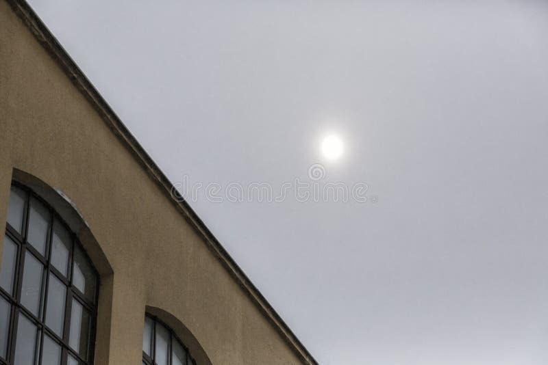 Sun derrière l'air pollué photographie stock