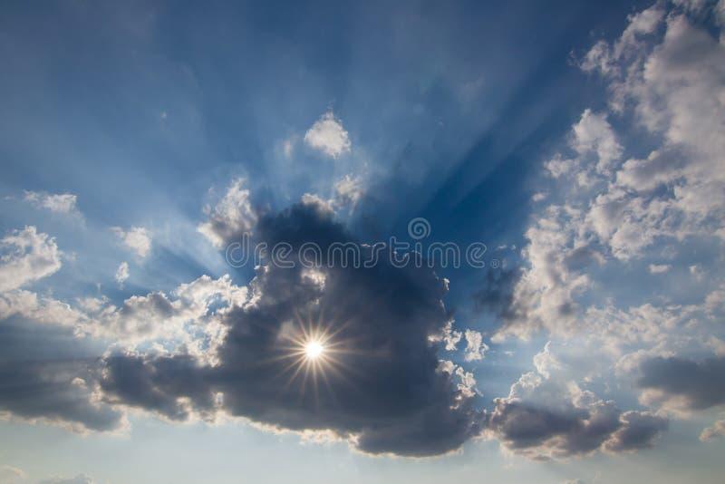 Sun derrière le nuage avec un trou images stock