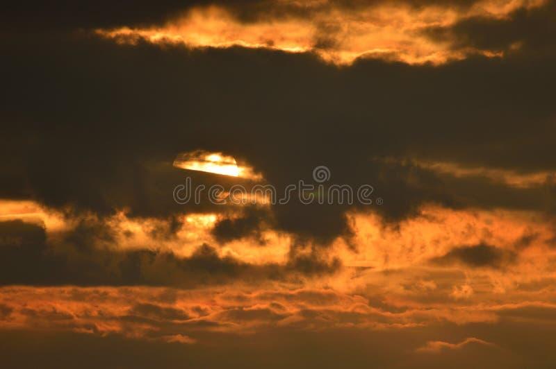 Sun derrière un nuage images stock