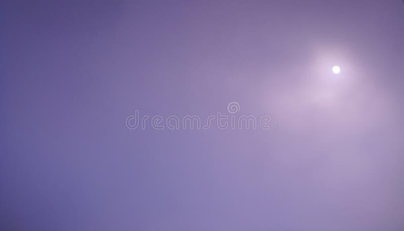 Sun detrás de la niebla pesada del invierno en púrpura imagenes de archivo