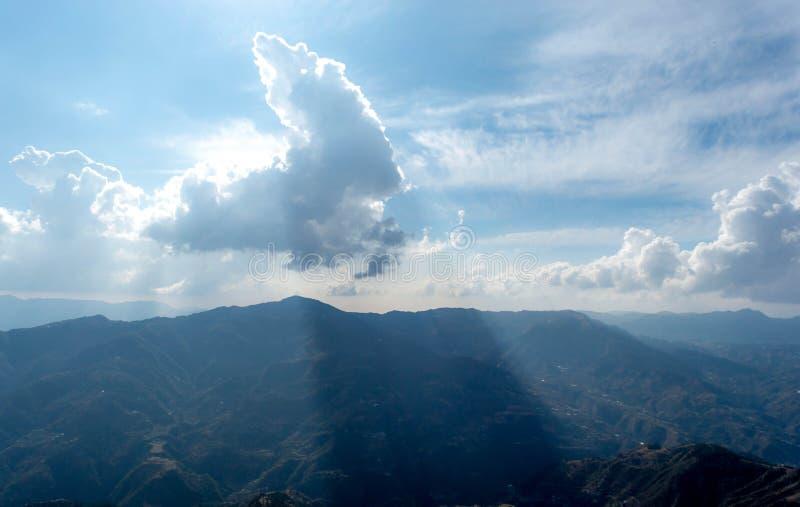 Sun detrás de la nube imagenes de archivo