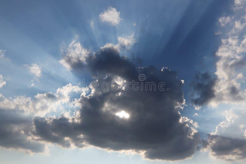 Sun detr?s de la nube con un agujero foto de archivo