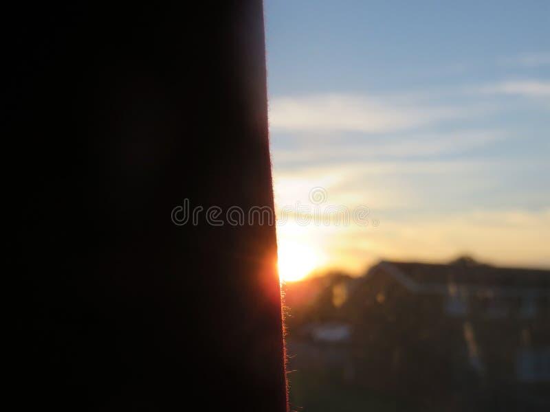 Sun dietro la tenda immagini stock libere da diritti