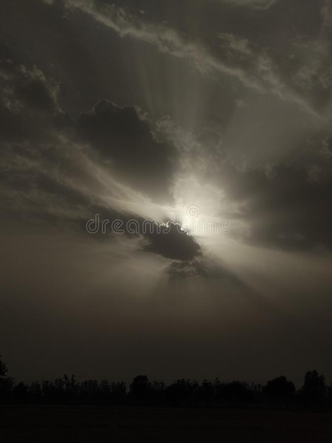 Sun dietro le nubi fotografie stock libere da diritti