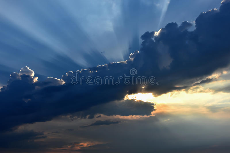 Sun dietro le nuvole di mattina fotografia stock