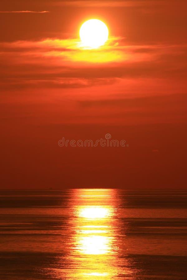 Sun dramático ajustado com Sun vermelho grande imagem de stock
