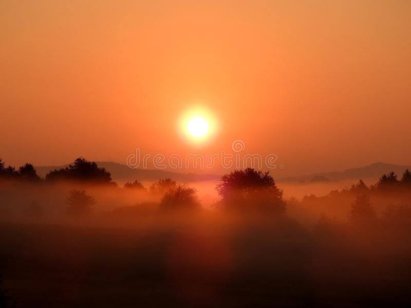 Sun durante o nascer do sol imagens de stock royalty free