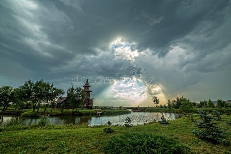 Sun durch die Wolken stockfoto