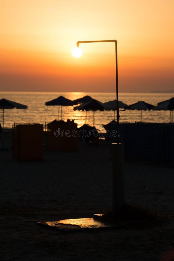 Sun-Dusche über Strand lizenzfreie stockfotos