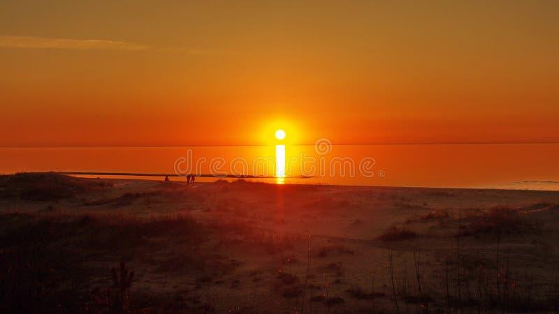 Sun e céu vermelho sobre o mar foto de stock royalty free