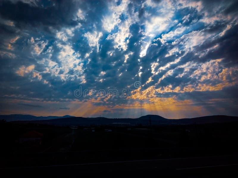 Sun e c?u com nuvens fotografia de stock royalty free