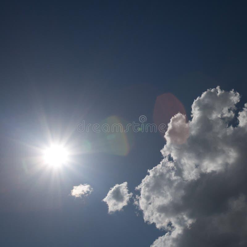 Sun e nubi fotografie stock