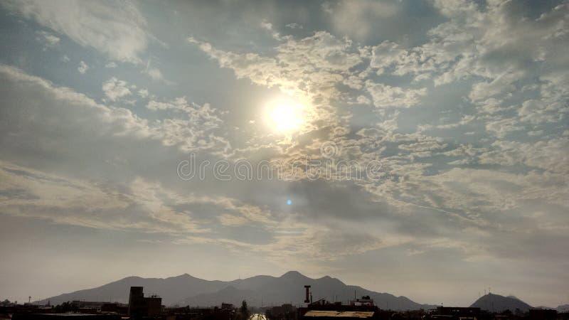Sun e nubi immagini stock