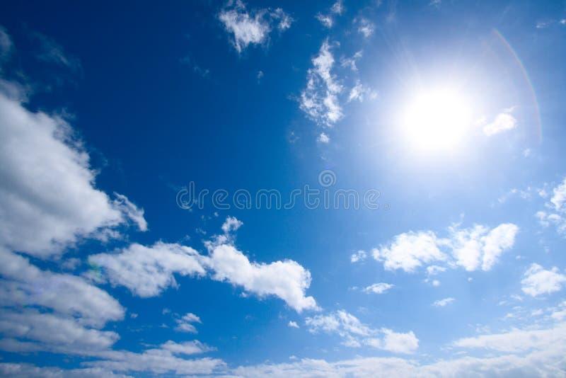 Sun e nuvens brancas no céu foto de stock royalty free