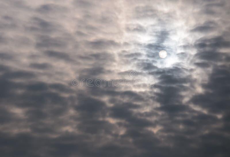 Sun e nuvens escuras imagens de stock