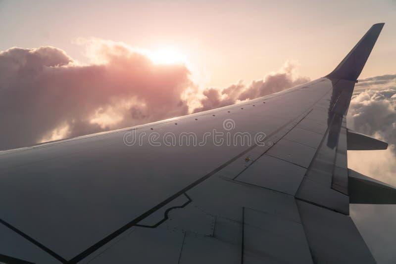 Sun e nuvole e cielo come finestra vista attraverso di un aereo immagini stock