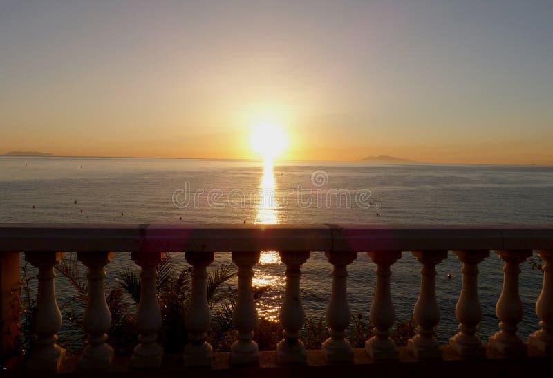 The Sun e o mar fotografia de stock royalty free