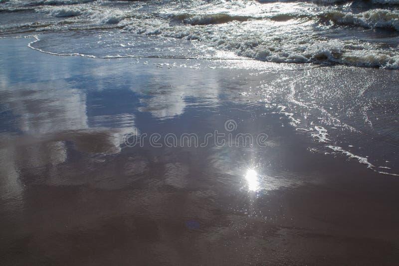Sun e riflessioni del cielo immagine stock libera da diritti