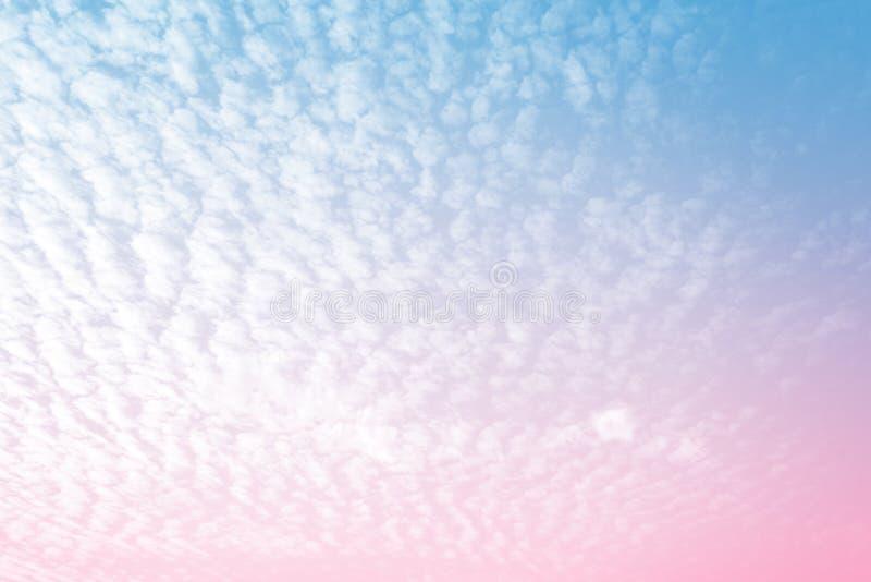 Sun e sumário bonitos da nuvem com uma cor pastel Fundo azul da fantasia e cor-de-rosa borrado inclinação do céu Céu macio brilha fotos de stock