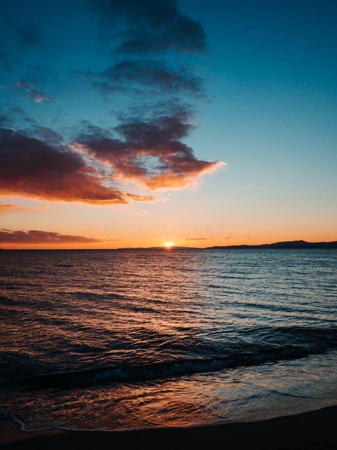 Sun-Einstellung auf schönem leerem Strand - Kavala, Griechenland stockbilder