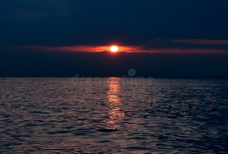 Sun-Einstellung des blauen Wassers der Bosporus-Straße lizenzfreies stockbild