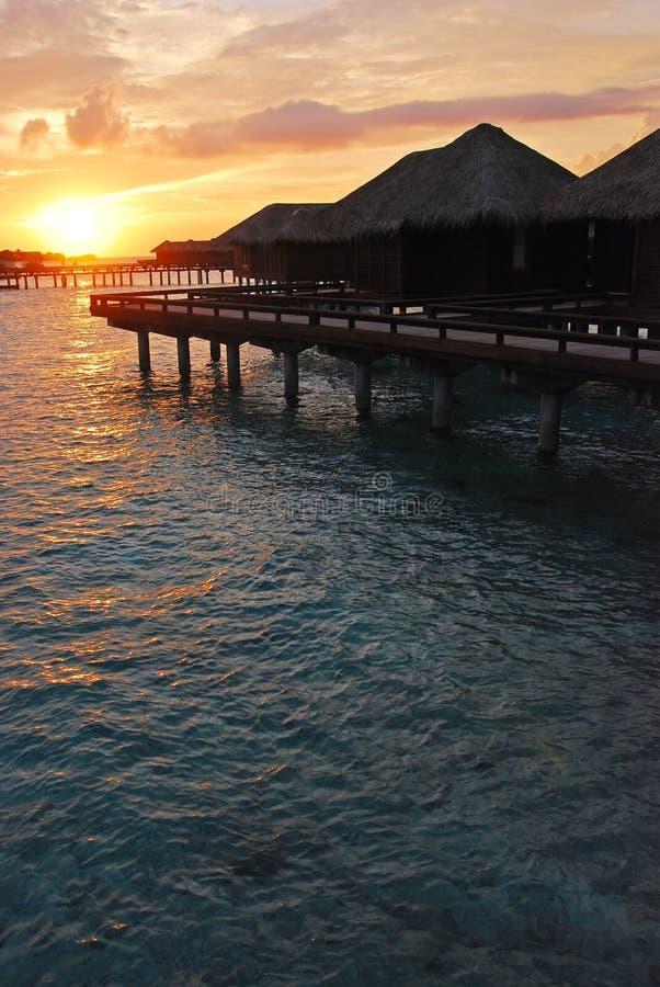 Sun-Einstellung entlang Horizont während der Ferien stockbilder