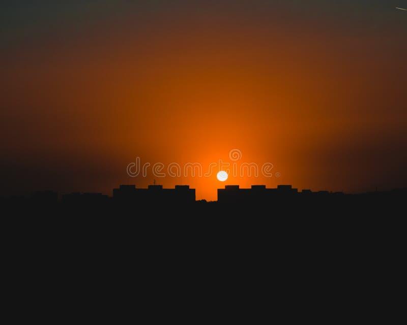 Sun ele ` s na cidade imagens de stock royalty free