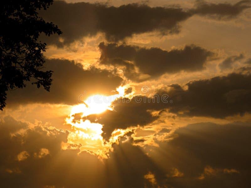 Sun em cores alaranjadas no por do sol nas nuvens imagem de stock royalty free